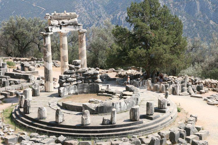 """Le temple de Delphes en Grèce où est gravé """"Connais-toi toi-même"""" sur lutetiaflaviae.com"""